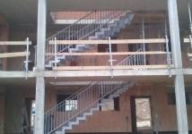 Zunanje stopnice v večstanovanjski zgradbi