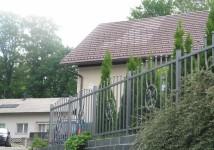 Jeklena, vrtna ograja z okrasnim elementom
