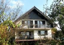 Kovinska balkonska ograjaz lesenim ročajem