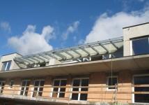 Nadstrešek nad teraso v večstanovanjski zgradbi