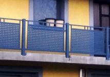 Balkonska ograja v kombinaciji s perforirano pločevino