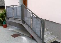 Jeklena ograja v kombinaciji s perforirano pločevino