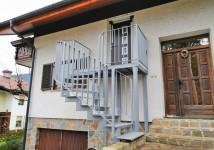 Zunanje stopnice z ograjo