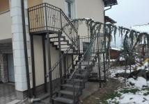 Zunanje stopnice s kovano ograjo